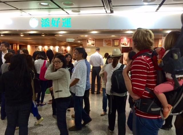 wachtende menigte voor Tim Ho Wan