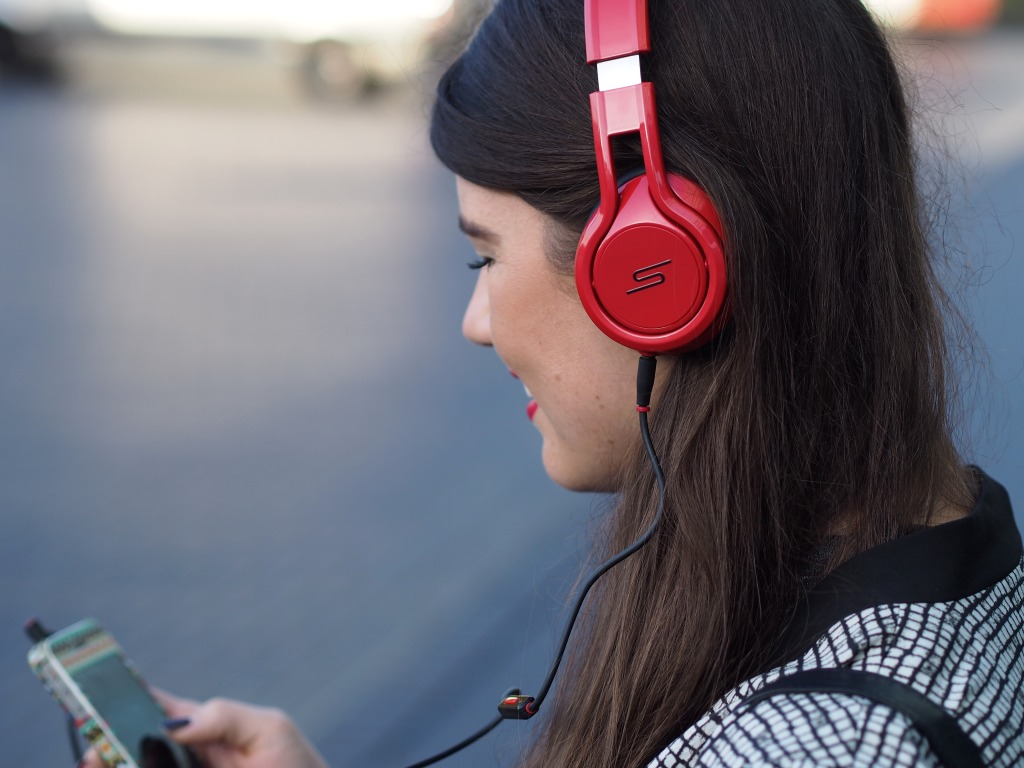 Blogger Fashionista Chloe met de SMS Audio headphone by rapper 50 Cent