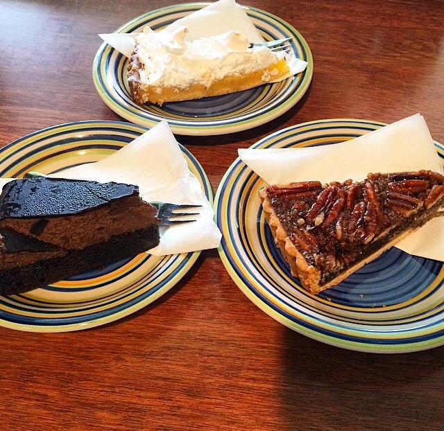 dark chocolate mouse mudcake, merengue lemonpie en pecanpie