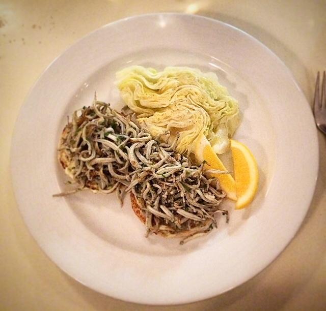 panfried white bait op muffin besmeerd met remoulade