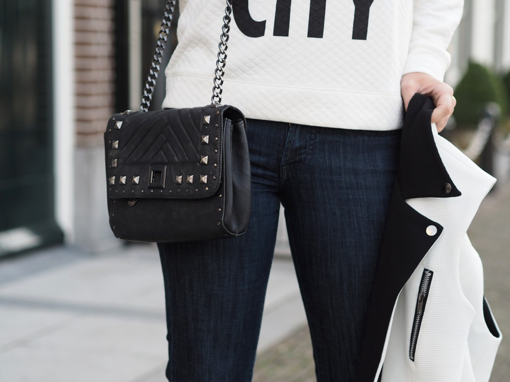 FLARED JEANS AND WHITE PUMPS OOTD FAshionista Chloe