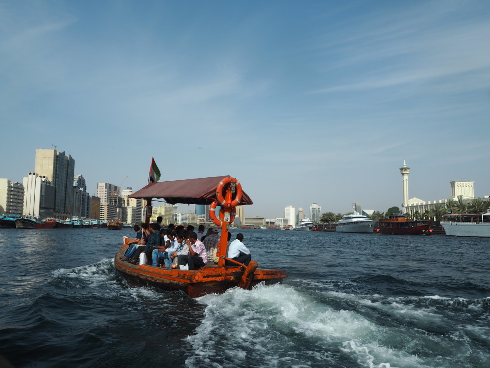 Abra Boat over Creek River Dubai to Gold Soak market DUBAI Meeting Point Dubai sunweb Citytrip things to do in Dubai