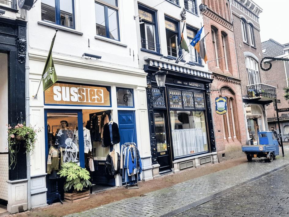 Vintage shoppen in Nijmegen? Waar moet je heen? Check hier de 10 leukste vintage-en tweedehands kledingwinkels van Nijmegen.
