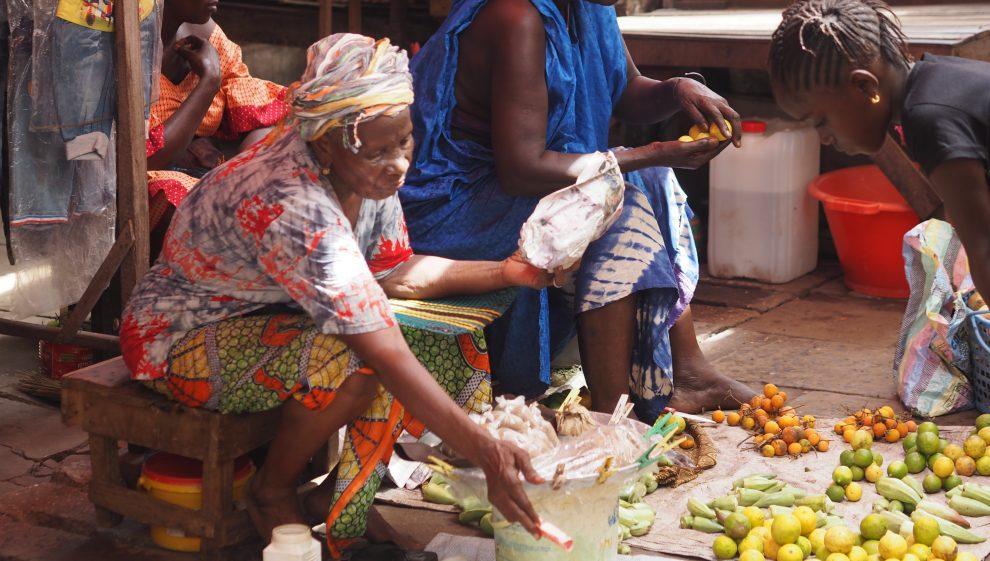Dingen doen in Gambia, ga op pad met een lokale gids. Vakantie in Gambia. Albert Market Gambia bezoeken