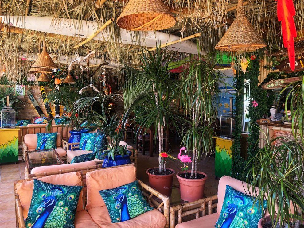 Cala San Vincente, beachclub On the Beach . lunchen op Ibiza vakantie op Ibiza tips
