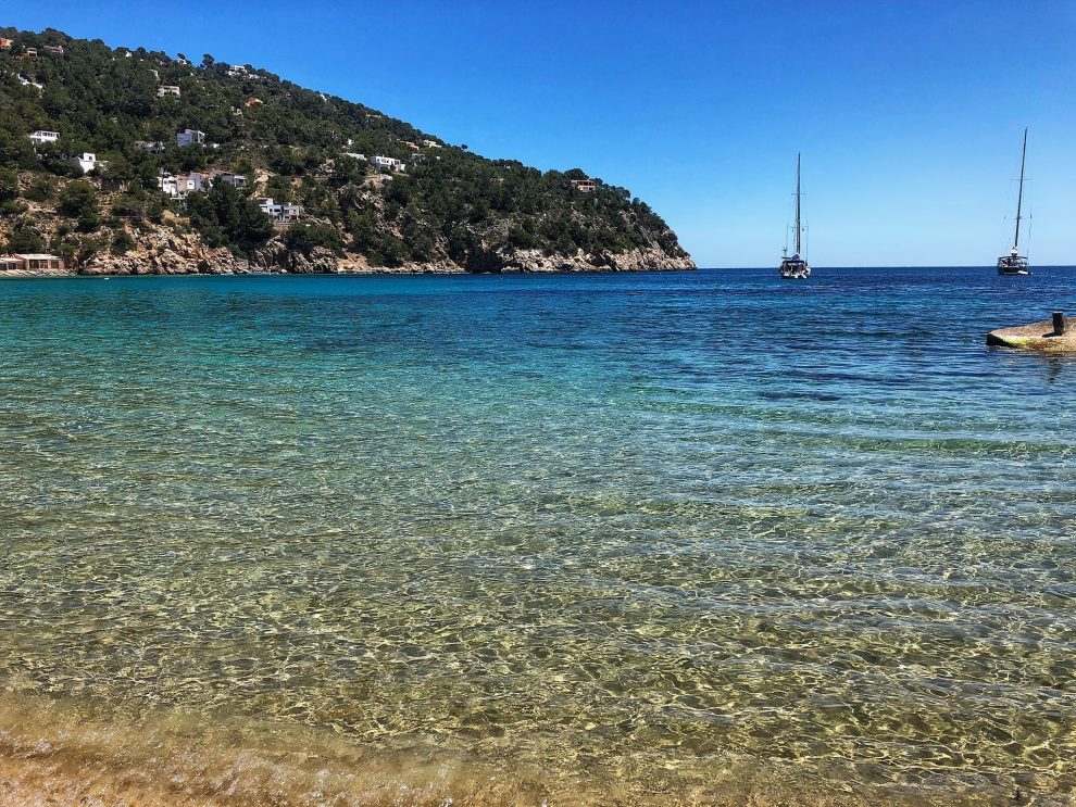 Cala San Vincente, beachclub On the Beach . lunchen op Ibiza vakantie op Ibiza tips
