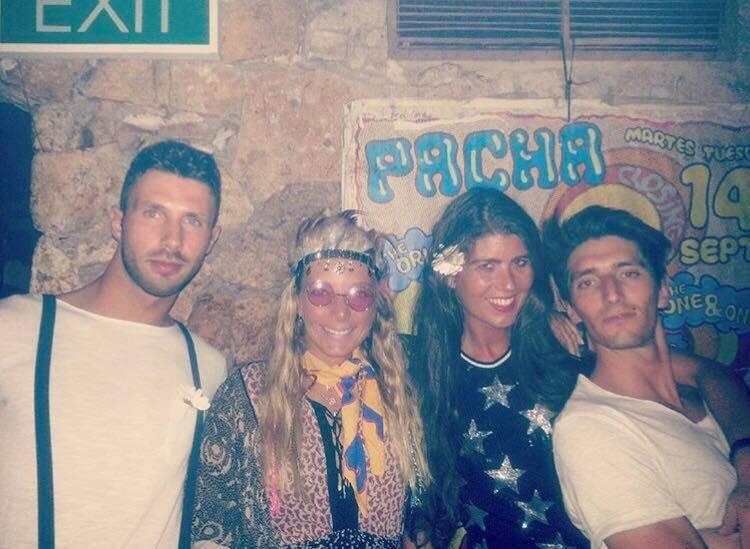 Feestjes op Ibiza in 2018 Flower Power in Pacha Vakantie op Ibiza tips Debra en Chloe Sterk