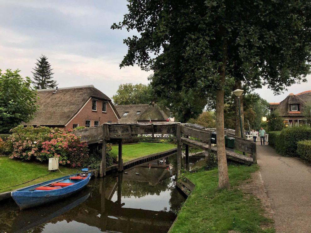 Giethoorn, Origineel overnachten in een plaggenhut in Drenthe.
