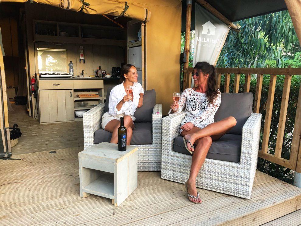 Glamping op Elba, in Italie. Chloe Sterk en Amandine Hach drinken wijn voor een luxe Villatent op Camping Casa Dei Prati Lacona