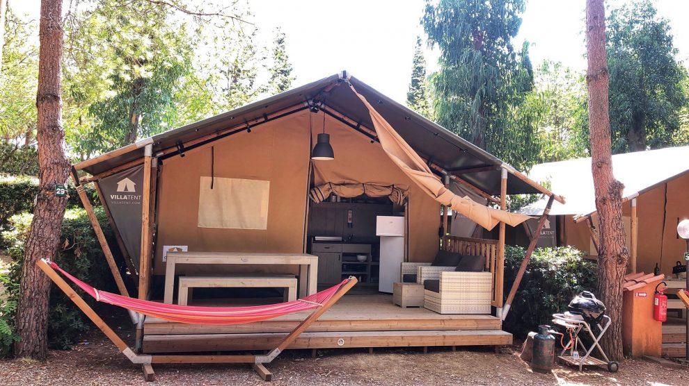 Glamping op Elba, in Italie. luxe Villatent met sanitair op Camping Casa Dei Prati Lacona