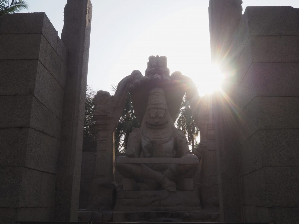 Reizen naar Hampi,Big Shiva Linga or Badaviling Temple, travel guide to Hampi India Lakshmi Narasimha Statue