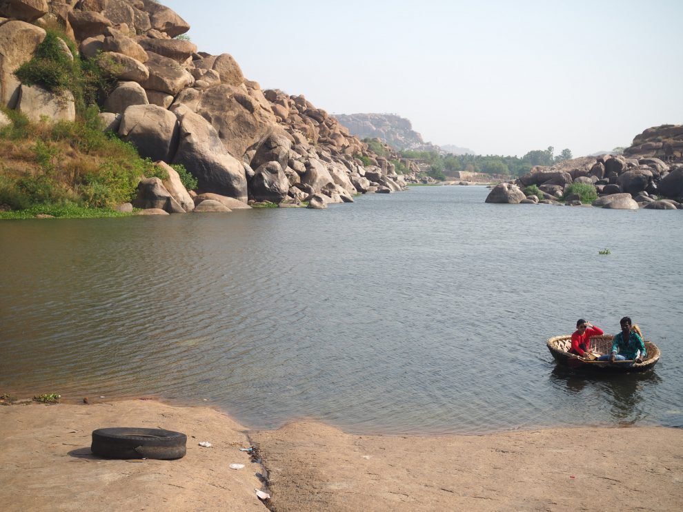 Reizen naar Hampi, boot huren, varen met een Coracle-boot over de Tungabhadra-Rivier, travel guide to Hampi India