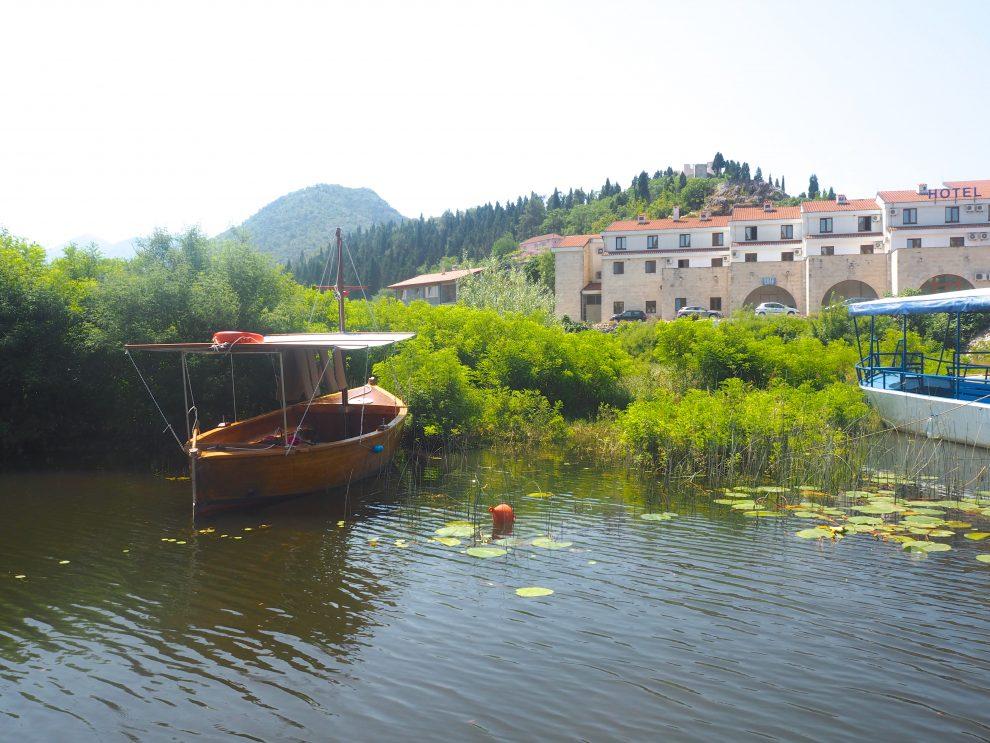 Virpazar - een boottocht op het meer van Shkodër boeken. een roadtrip door Montenegro