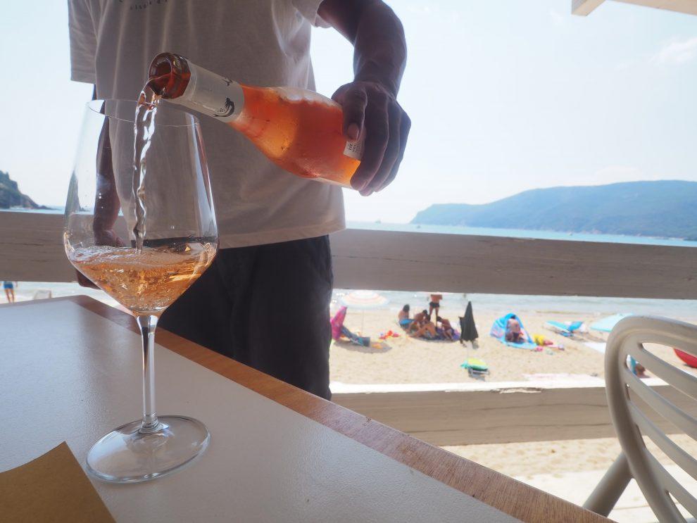 Lacona beach, Elba, Italie. glamping op Elba, Wijn drinken bij Ristorante Aguglia