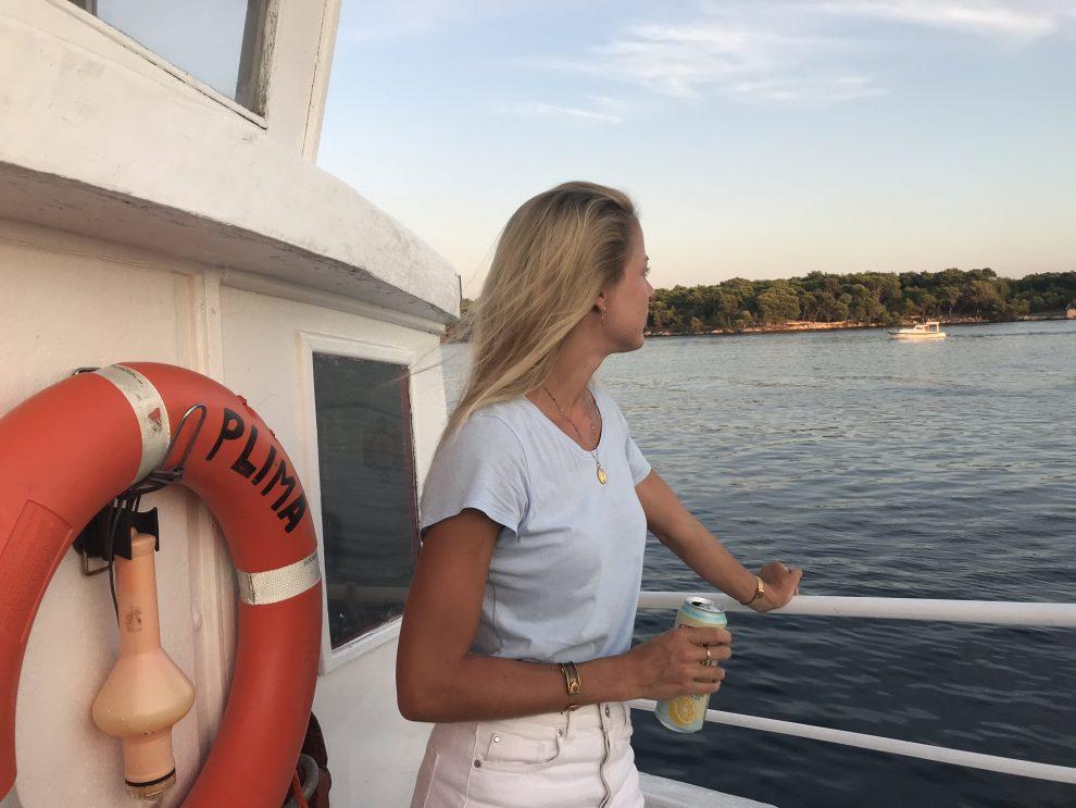 """Rondreis Kroatië. vakantie naar Kroatie. Bezienswaardigheden Šibenik. Neem het klein veerbootje """"Tara"""" naar Jadrija"""