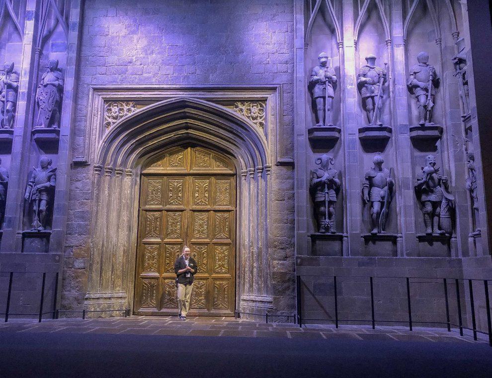 bezoek aan de Harry Potter Studio Tour in London. Dit de beste tips voor een dagtrip vanuit Londen. De grote hal vanuit de Harry Potter films