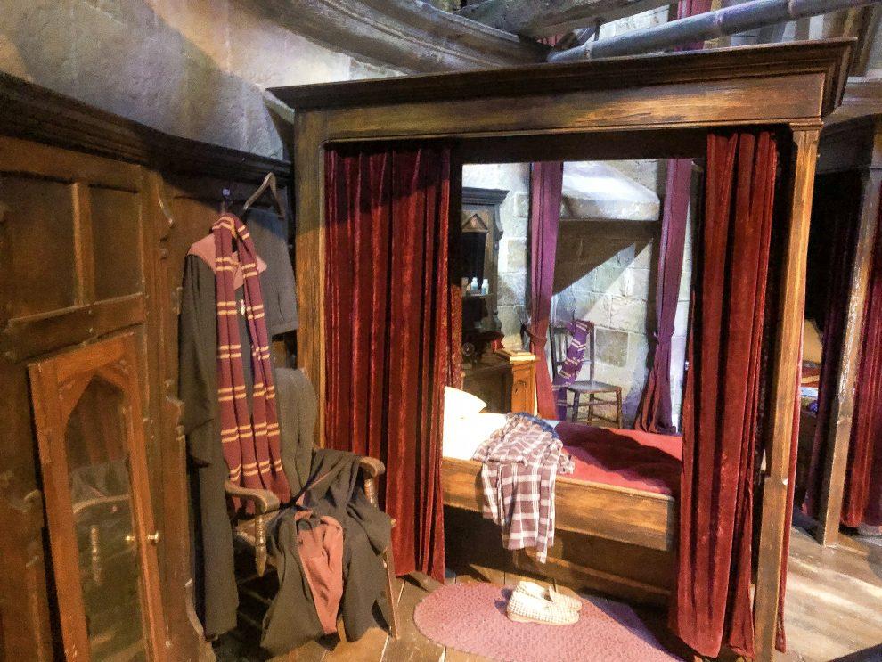 bezoek aan de Harry Potter Studio Tour in London. Dit de beste tips voor een dagtrip vanuit Londen. Slaapkamer Griffoendor, Harry Potter