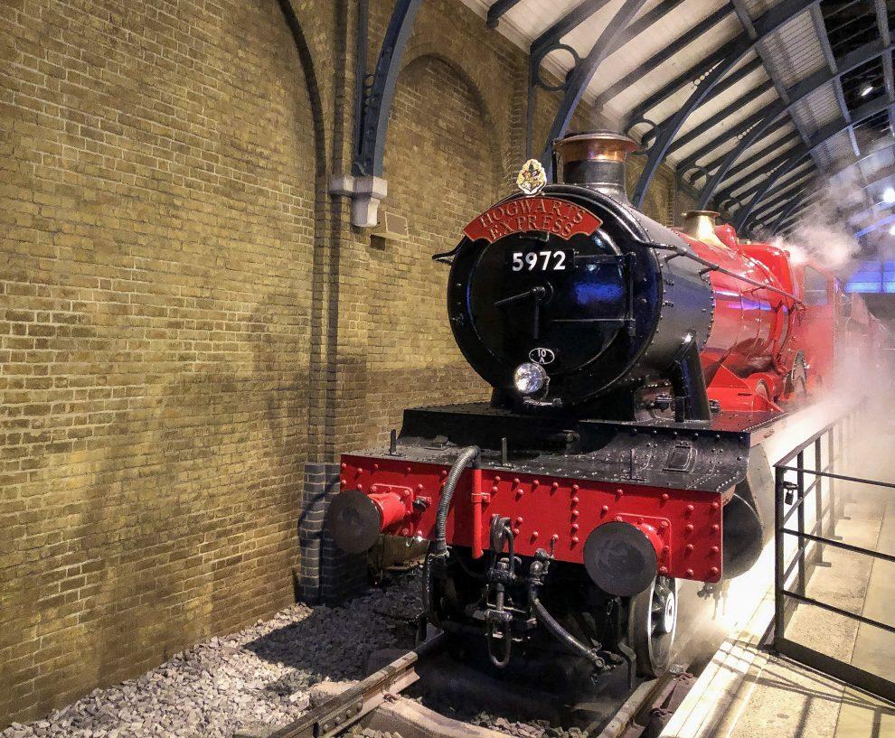 bezoek aan de Harry Potter Studio Tour in London. Dit de beste tips voor een dagtrip vanuit Londen. Platform 3/4 en Hogwarts Express