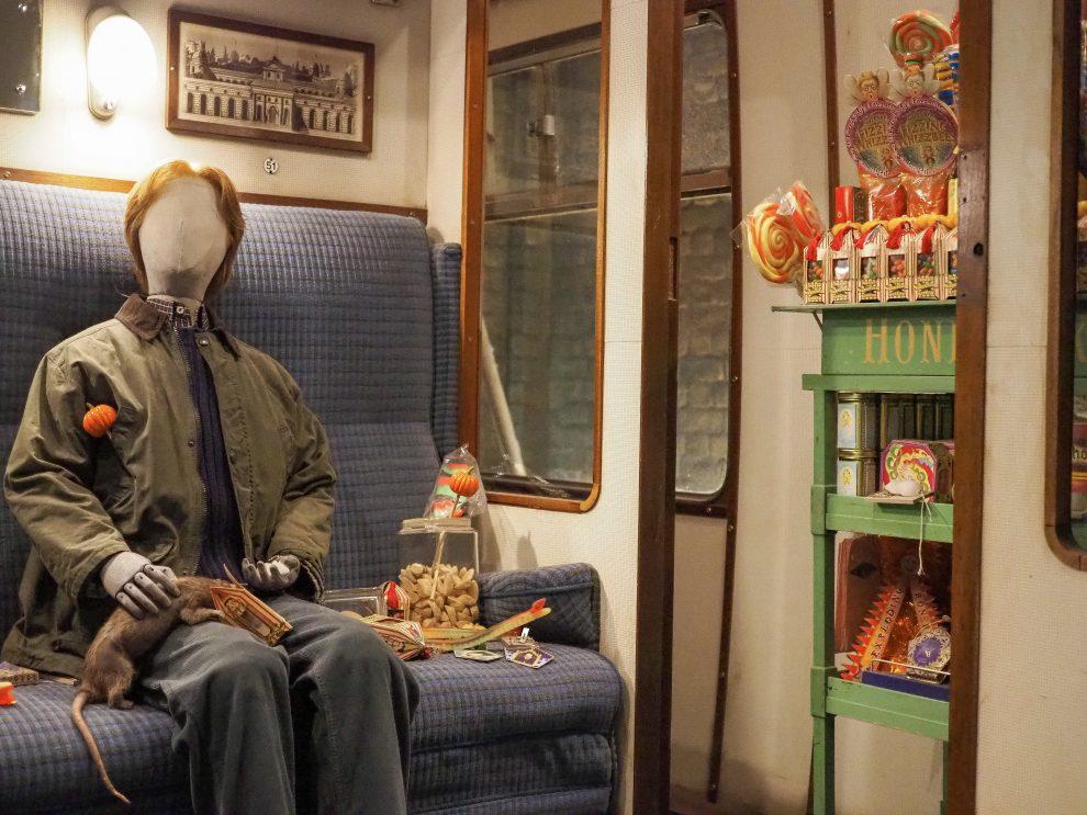 bezoek aan de Harry Potter Studio Tour in London. Dit de beste tips voor een dagtrip vanuit Londen. Platform 3/4 en Hogwarts Express Ron Wemel