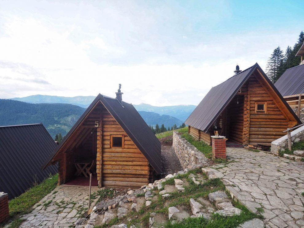 Balkan roadtrip - 3weekse reisroute - Kosovo uniek overnachten in een houten huisje Te Liqeni - Peje - Rugova Vallei