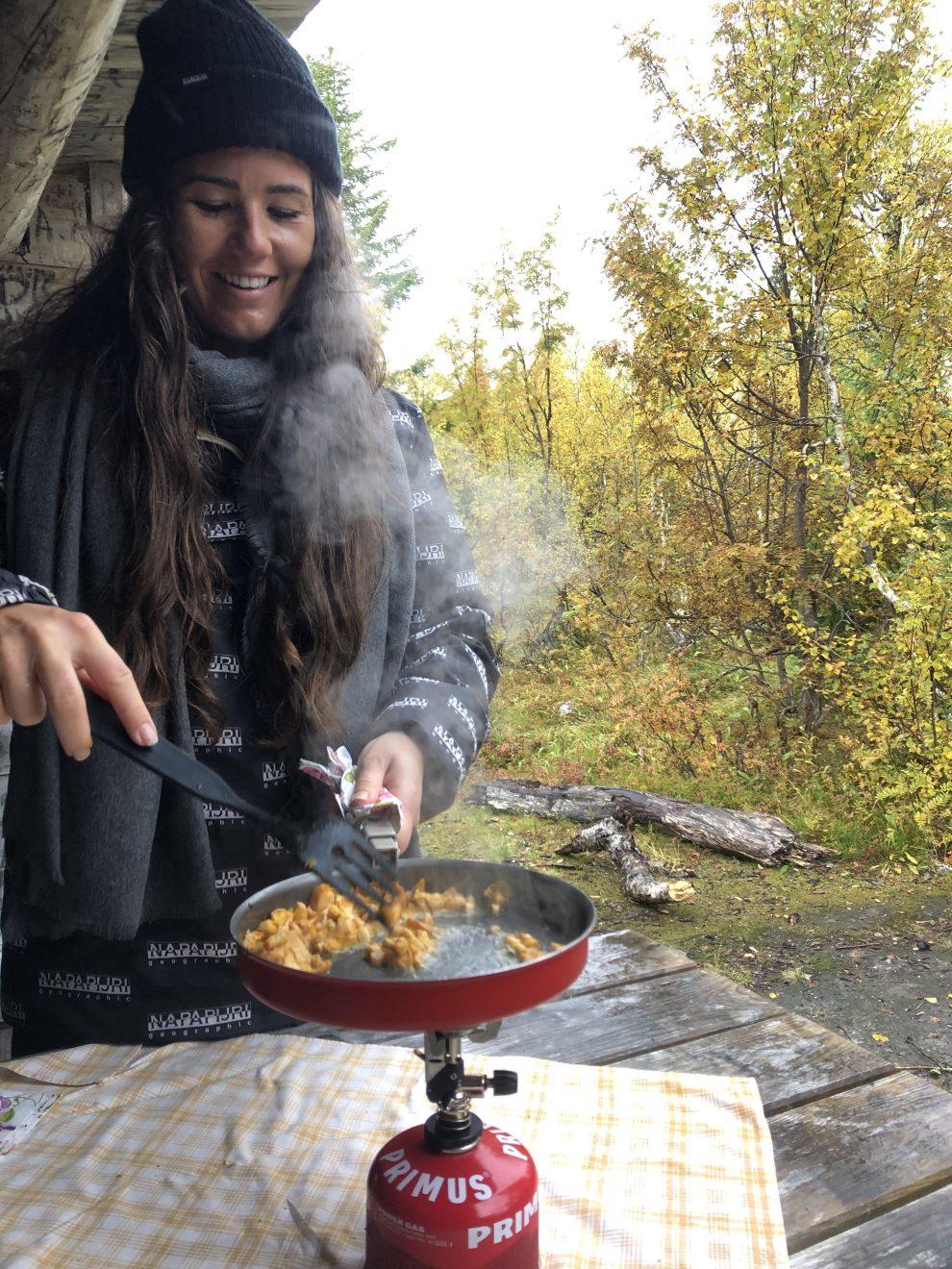 Vakantie in de wildernis van Zweden -Chanterellen plukken - lunchen in de wildernis van Zweden, Vildmarksvägen, Wilderness Road Zweden, op vakantie in Jamtland.