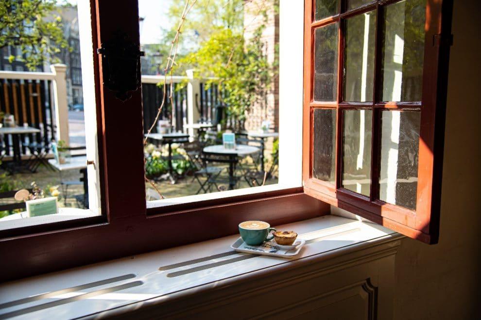 Koffiebars in Amsterdam. de beste koffie koffiebar van Amsterdam centrum. De Wallen. De Koffieschenkerij.