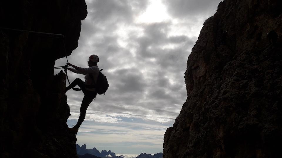 klettersteigen/via ferrata in Dolomieten. Alpine Zentrum Rosengarten. Vakantie Zuid Tirol Carezza