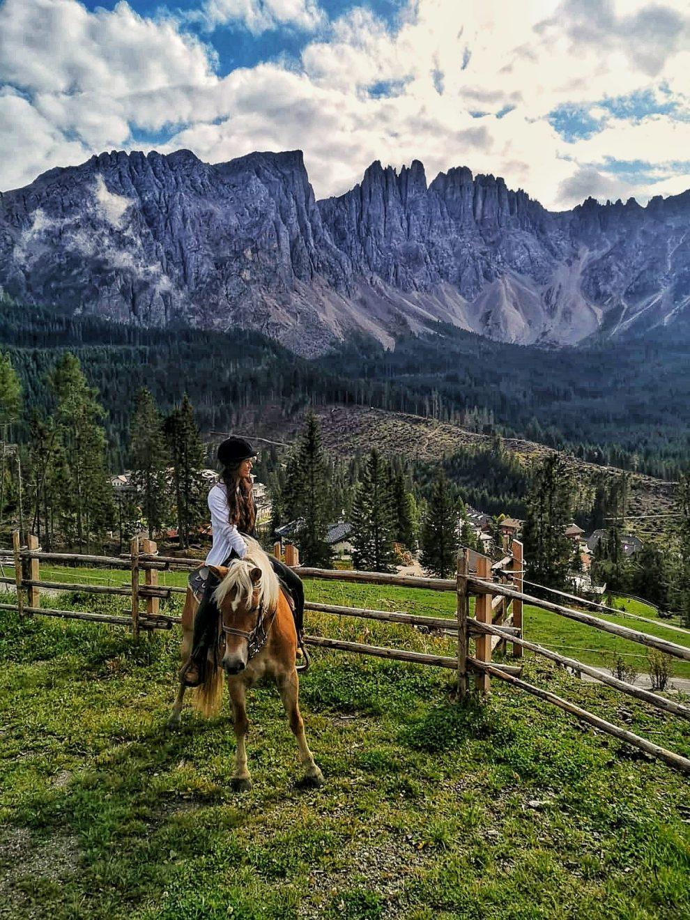Vakantie naar Zuid Tirol, Dolomieten in de zomer - Rosengartengruppe -  paardrijden in de Dolomieten