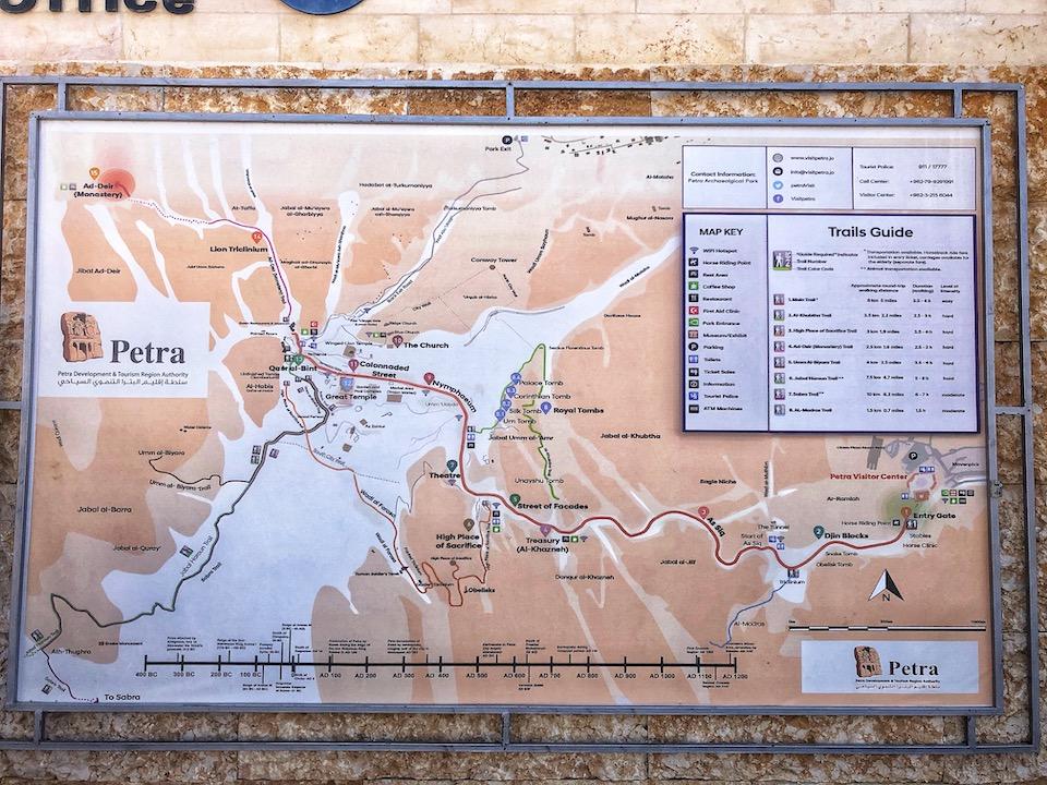 Wereldwonder Petra in Jordanië bezoeken. map van Petra met alle hiking routes