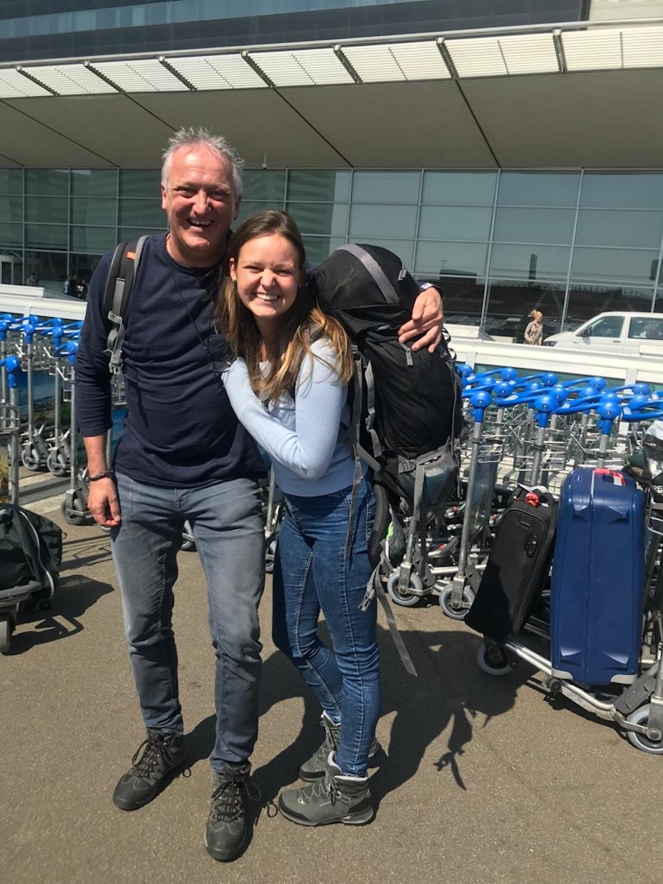 Marit van Groen met vader op Schiphol voor wereldreis