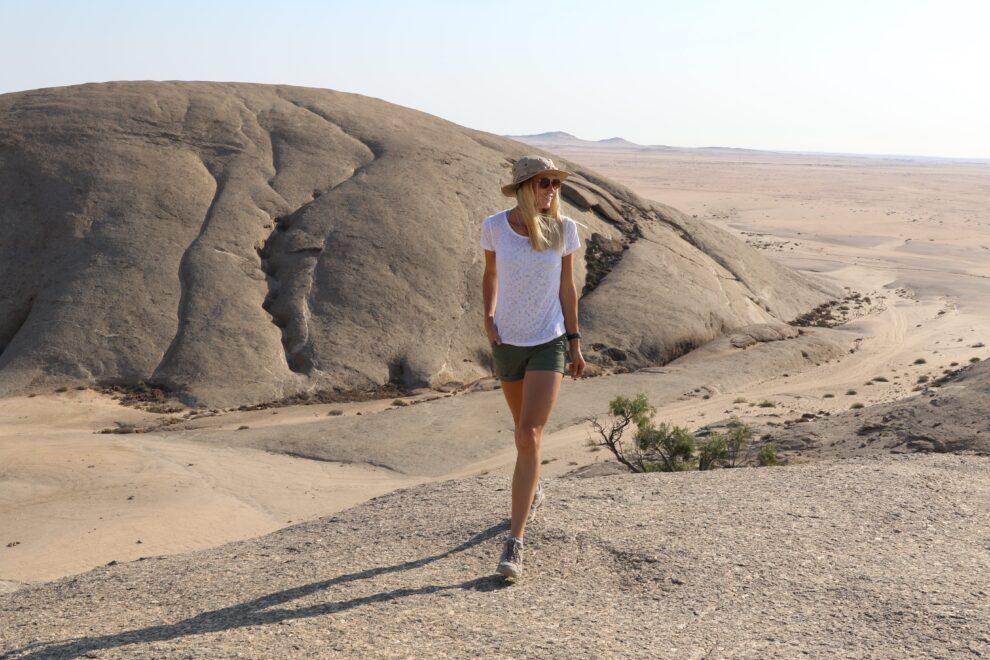 outfit voor een dag hike - middag shorts, t-shirts en hoed
