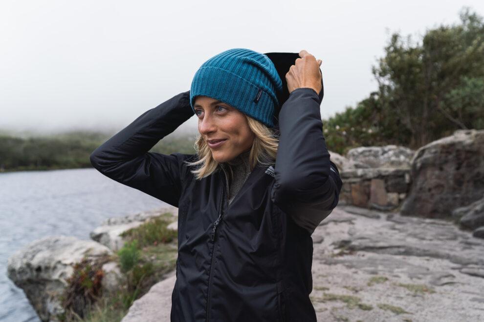 outfit voor een dag hike - ochtend - muts met een regenjas