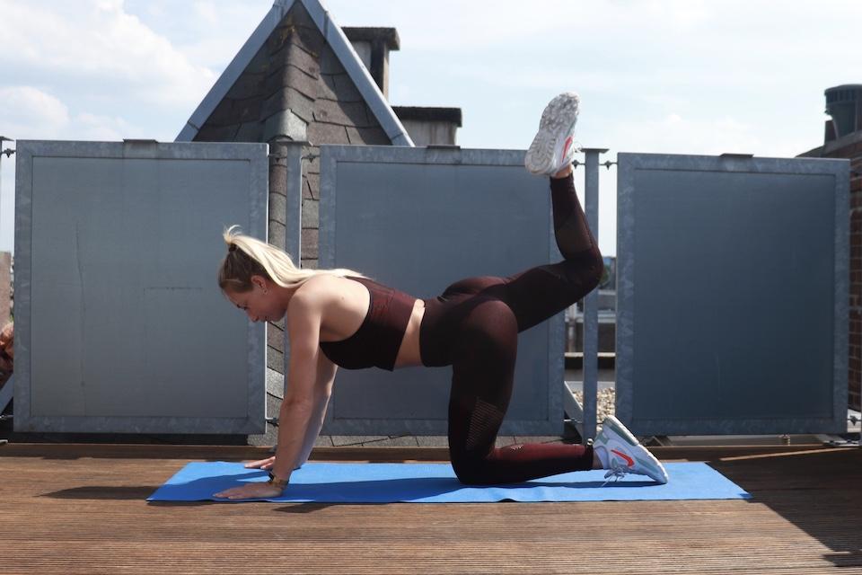 Thuis work-out voor billen - Donkey kick