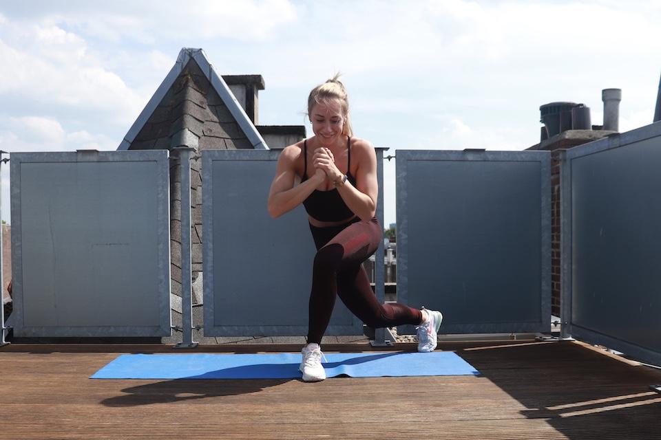 oefening voor benen en billen - Curtsy lunge