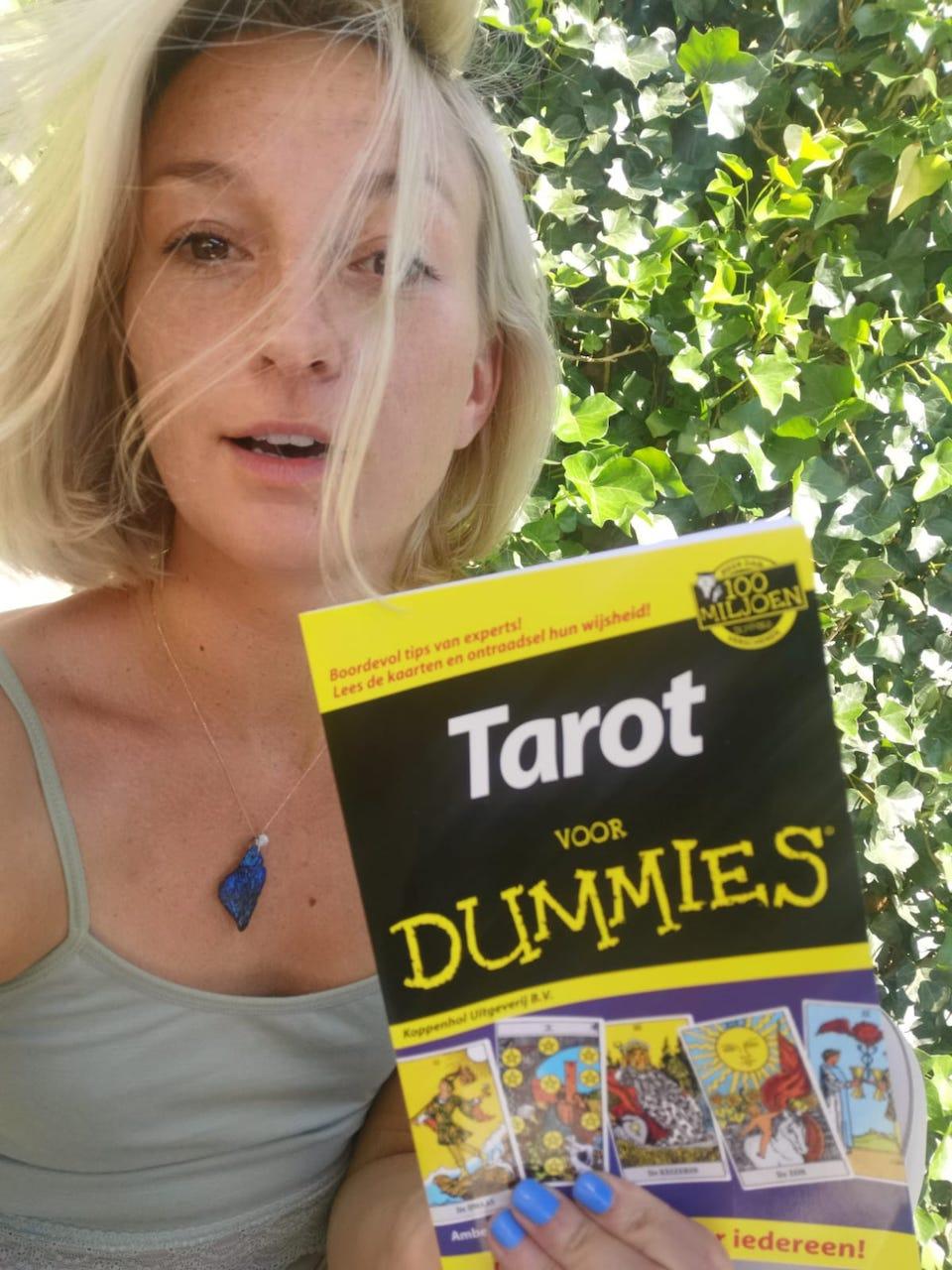 Achelle met Tarot voor Dummies, het boek als je wilt leren en kennis maken