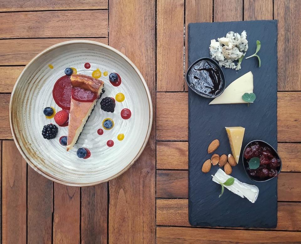 kaasplankje en cheesecake met witte chocolade en oreo
