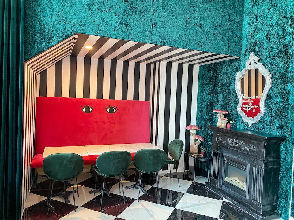 Alice in Wonderland kamer bij ijssalon in Eindhoven