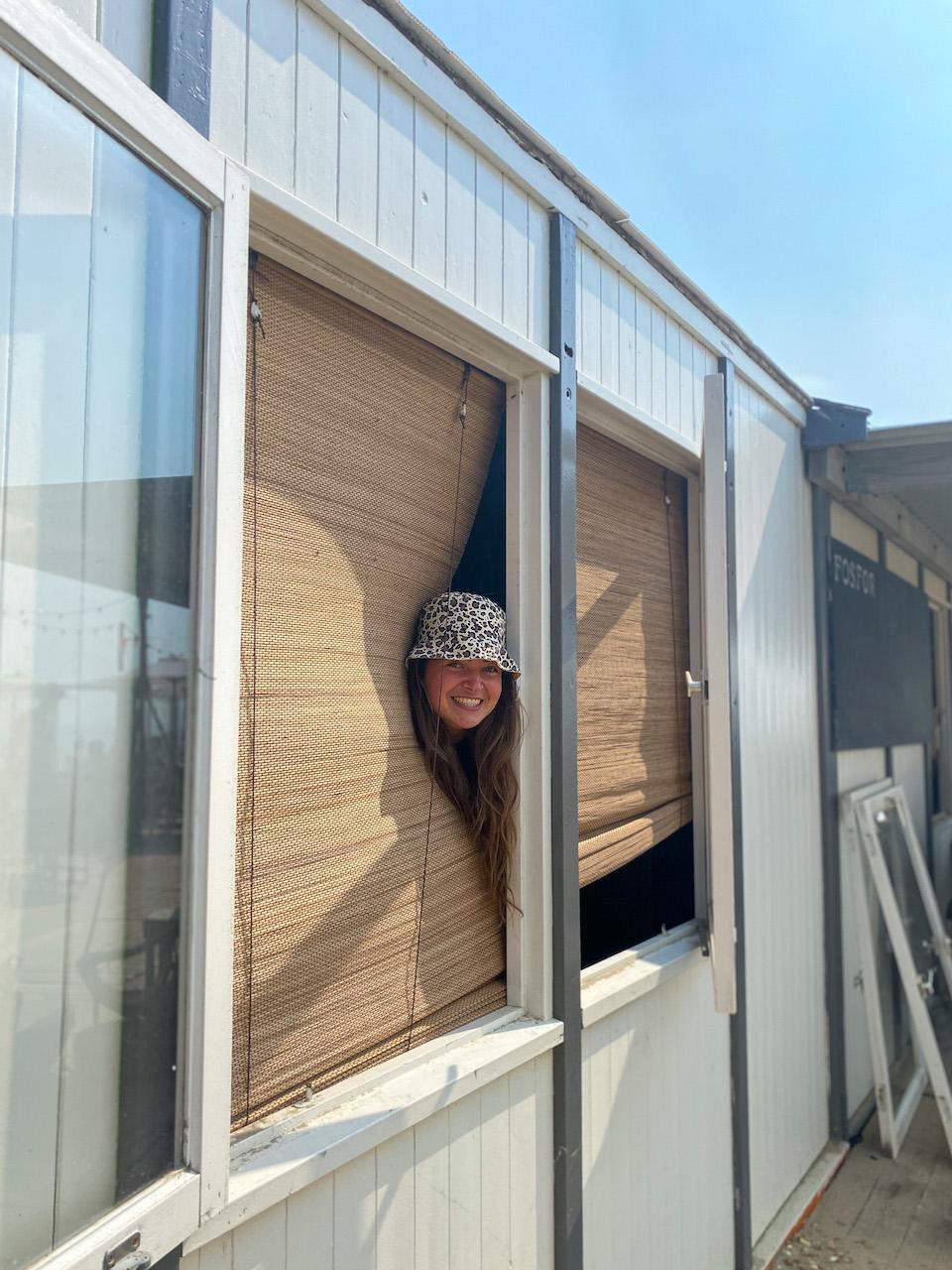 Emma Asti uit het raam bij Fosfor Zandvoort aan Zee