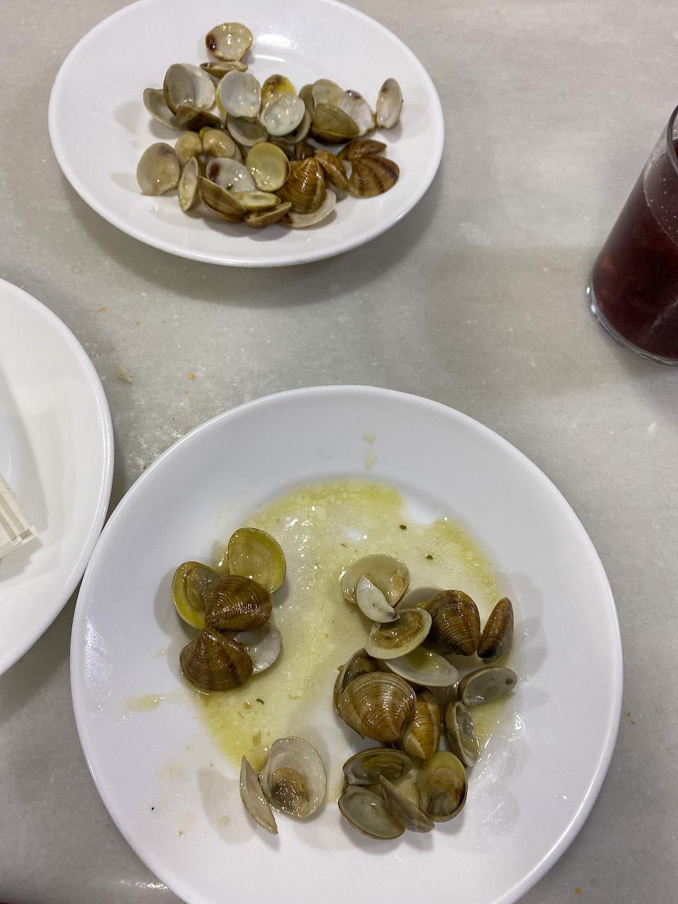 Tapas eten in Granada Almejas en navajas a la plancha (twee verschillende soorten clams)