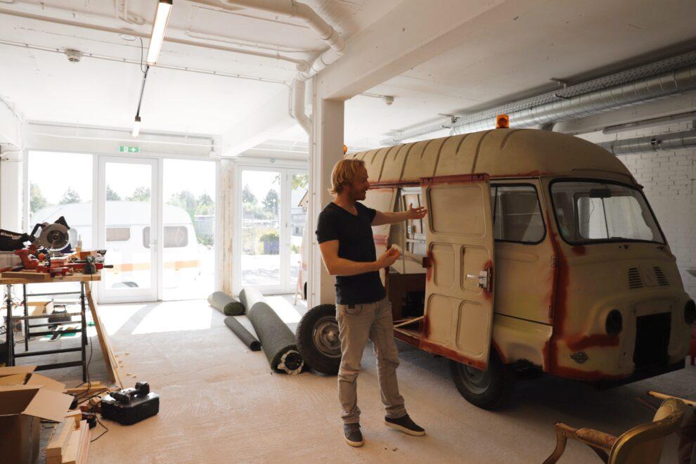 Willem Megens in zijn werkplaats in Amsterdam