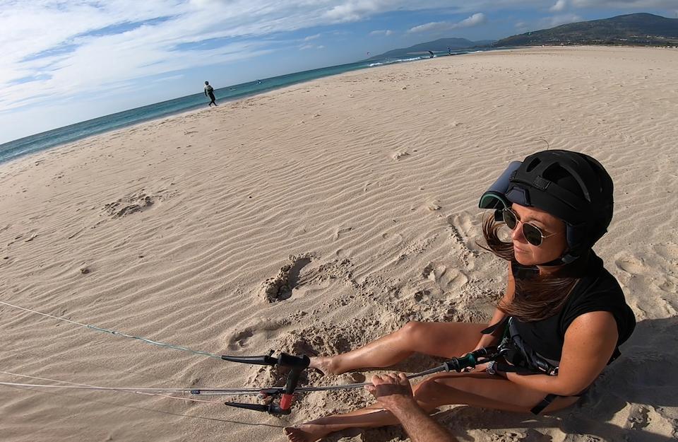 Zitten op het strand van Tarifa Chloe Sterk