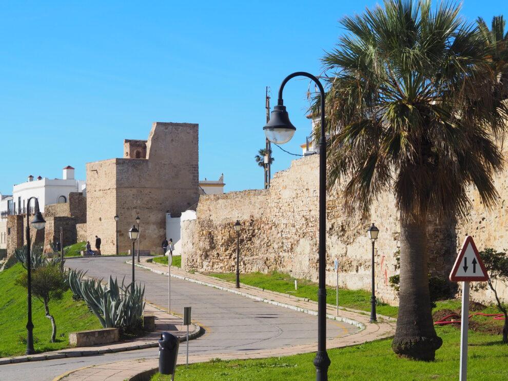 stadsmuren, straat richting Mirador Africa