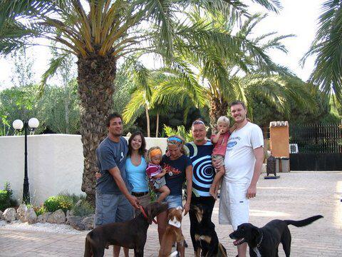 Minouche en Sergio met gezin voor Paraiso Perdido.