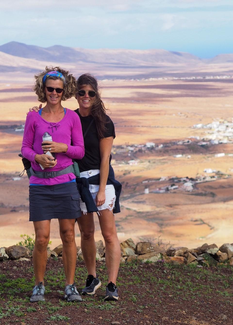 Chloe Sterk samen met Sabine bij Betancuria de oude hoofdstad van Fuerteventura